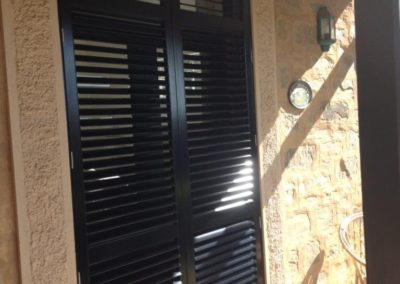 Plantation shutter outside black aluminium